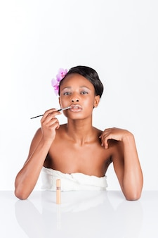 化粧品スタジオで美しいアフリカ人女性