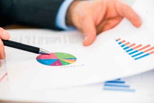 ビジネス - チャートとダイアグラムの操作の実業家