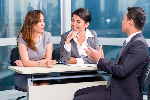 アジアの求人チームが就職の面接で候補者を採用