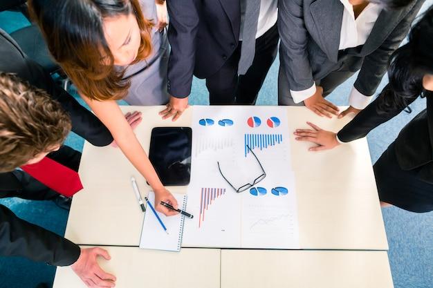 Встреча азиатских бизнесменов в офисе