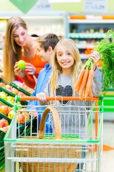 大型スーパーマーケットでの家族の食料品の買い物