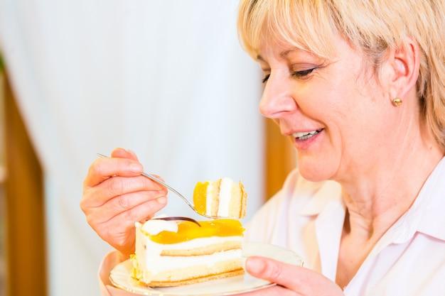 Старший ест торт во второй половине дня