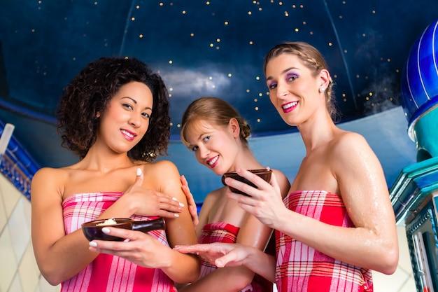 ウェルネスピーリングとハマム蒸気浴の女性たち