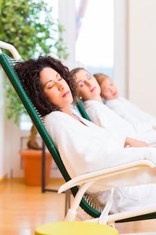 Женщины в комнате отдыха оздоровительного спа