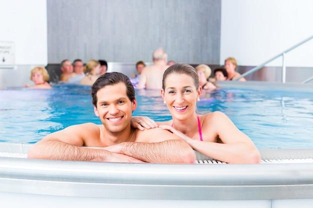 Пара купается в бассейне