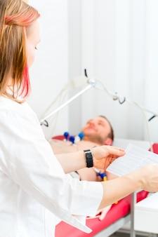 Доктор контролерлет пациент экг в арцпраксис