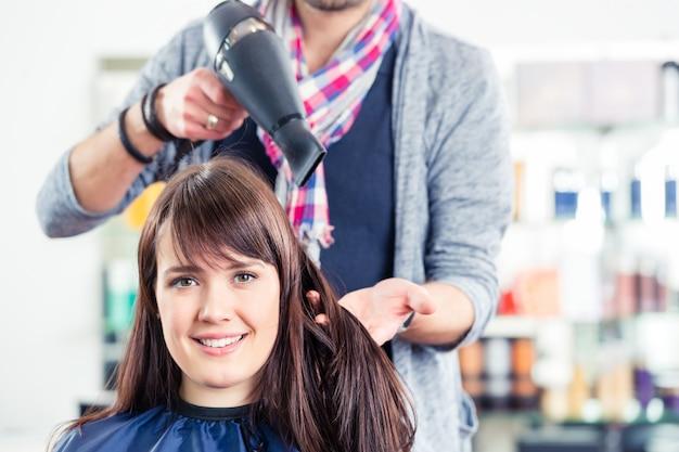 店で美容院ブロードライ女性の髪