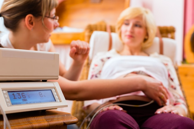 妊娠検査のために助産師を見ている母親