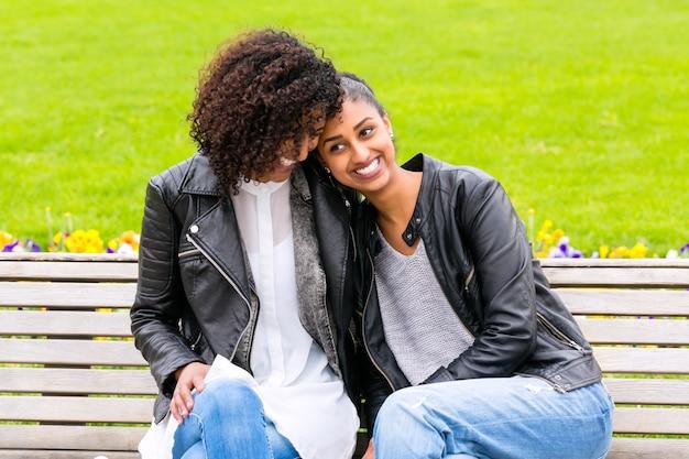 Лучшие друзья разговаривают и веселятся в парке