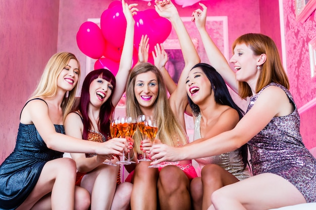 ナイトクラブでパーティーをする女の子