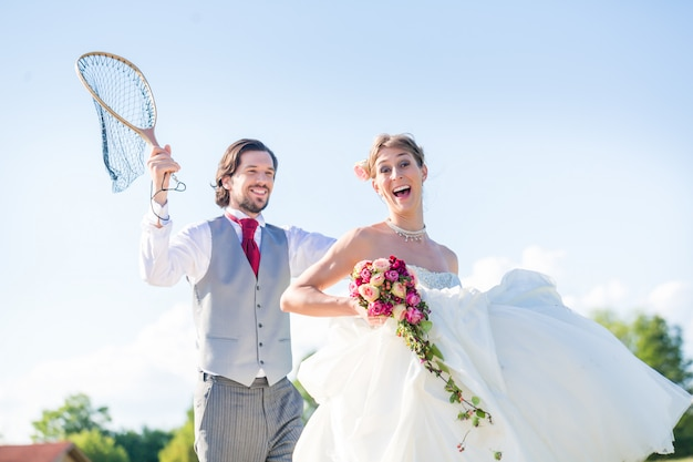 ネットで花嫁を引く結婚式の新郎