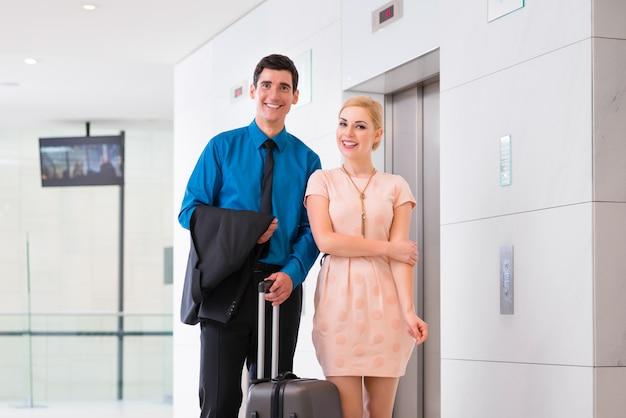 ホテルのエレベーターまたはエレベーターを待っているカップル