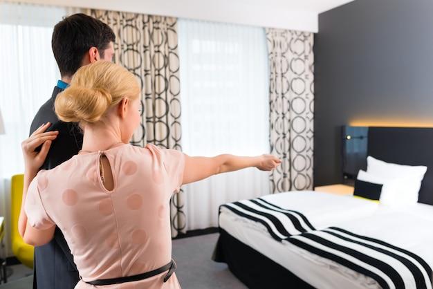 男と女がホテルの部屋に到着