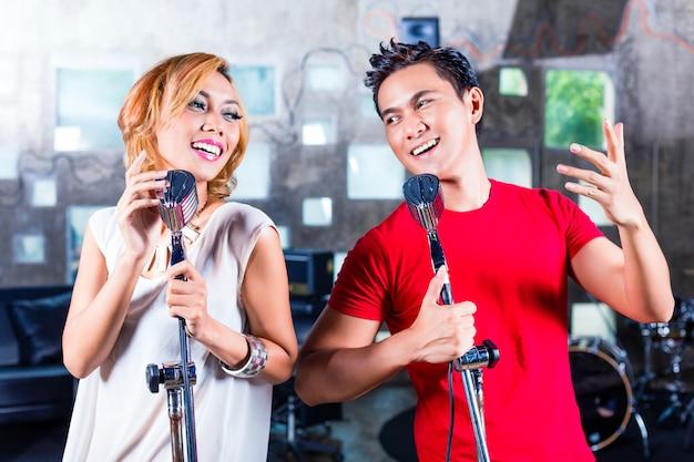 Азиатская певица продюсирует песню в студии звукозаписи