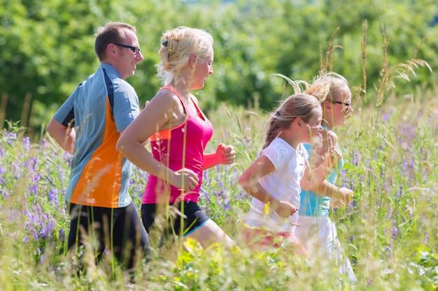 夏のよりよいフィットネスのために走っている家族