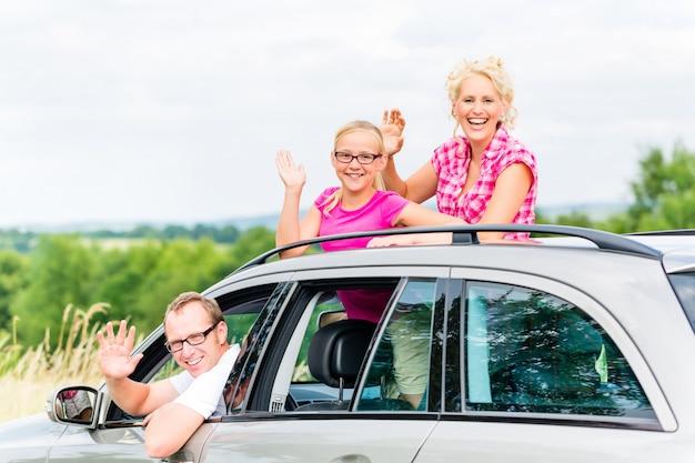 Семья за рулем в машине