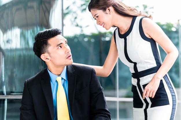 セクハラの問題を抱えているアジア系のビジネスマン