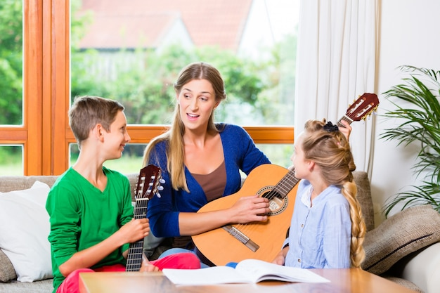 家族がギターで音楽を作る