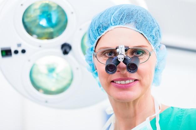 特殊メガネを使った整形外科医