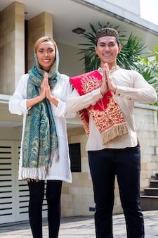 アジアのイスラム教徒のカップルが伝統的な衣装を着て