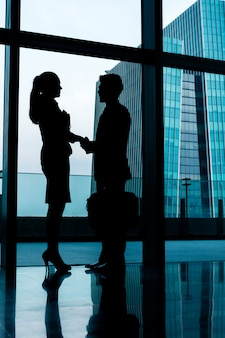 バックライト付きビジネス人々握手のシルエット
