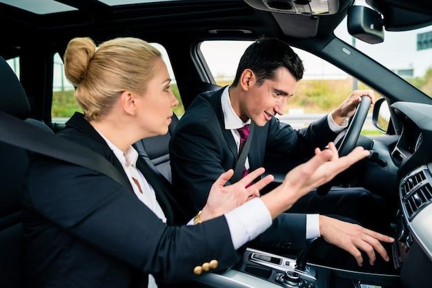 Мужчина теряется в машине, женщина кричит на него