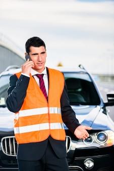牽引会社を呼び出す車の故障を持つ男