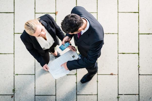 ビジネスの男性と女性のトップビュー