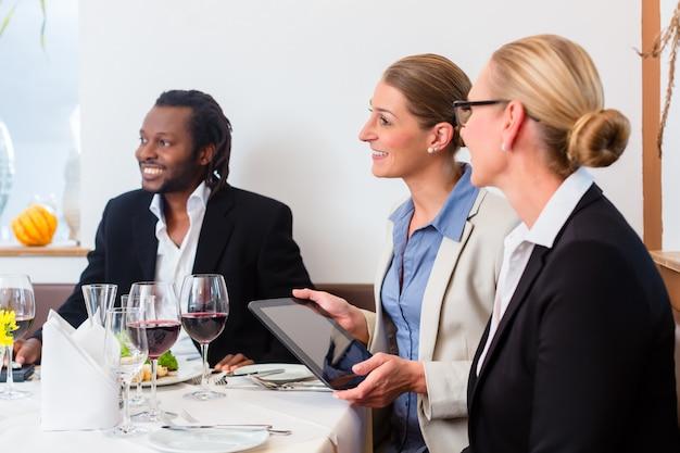 昼食を食べているビジネス人々のチーム