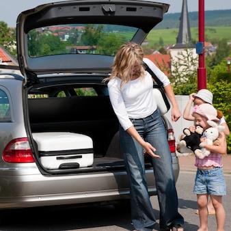Семья путешествует на машине