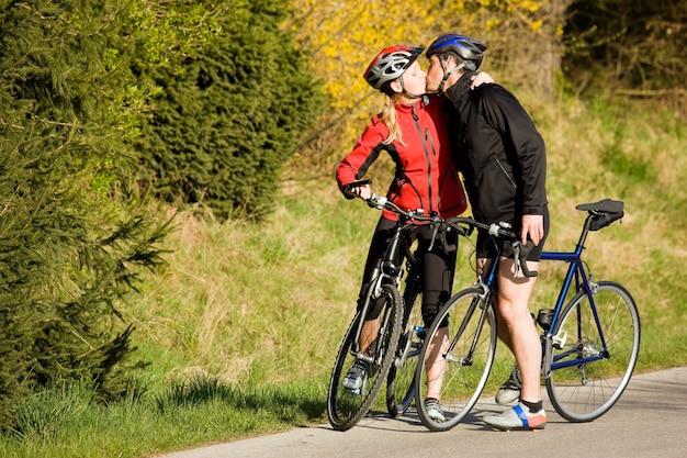 自転車のカップルのキス