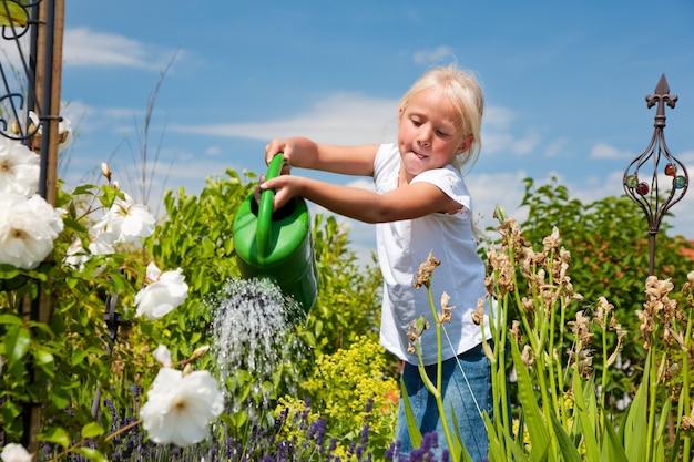 花に水をまく少女