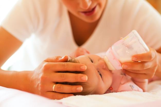 母親は赤ちゃんを授乳しています
