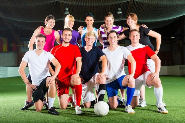 室内でサッカーやサッカースポーツをしているチーム