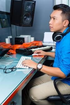 レコーディングスタジオでインドネシア人男性