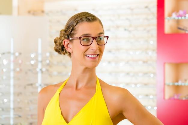 眼鏡の眼鏡店で若い女性