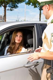 警察 - 切符を得る交通違反の女性