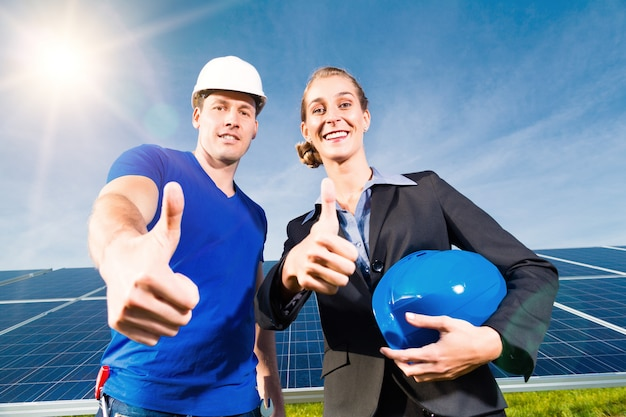 Зеленая энергия - солнечные панели с голубым небом