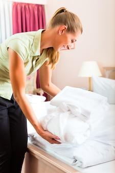 ホテルでルームサービスをしているメイド
