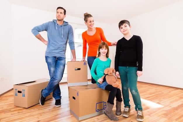 新しい家や家でボックスを移動する家族