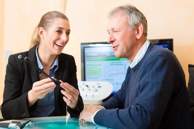 聴覚障害者が聴力検査を行います