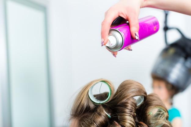 美容院 - ヘアスタイリストカーリングヘア