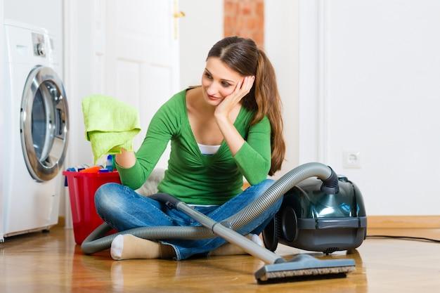 春の大掃除の女性