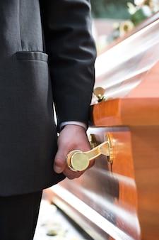葬儀で棺を運ぶ棺の持参人