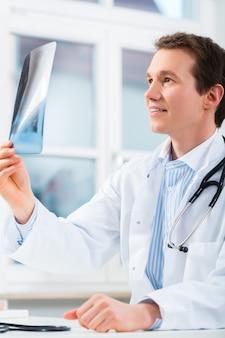 Грамотный врач анализирует рентгеновское изображение