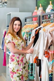 ファッションデパートで若い女性のショッピング