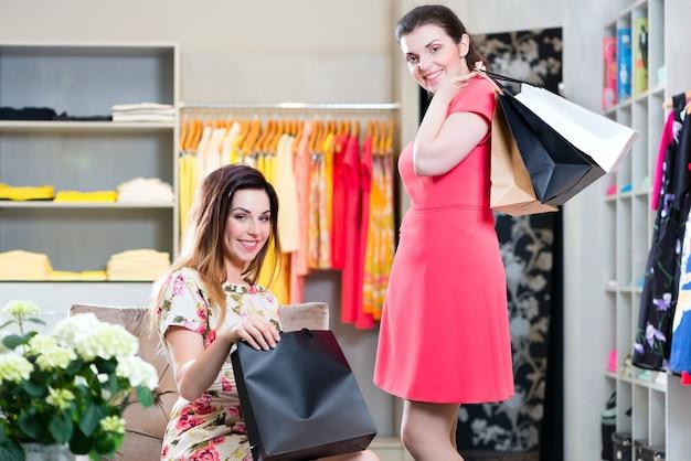 デパートでファッションを買う若い女性