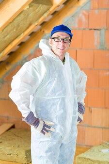 屋根に断熱材を取り付ける作業員