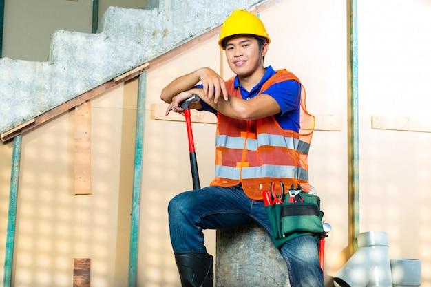 建築現場でのアジアのインドネシアの建設労働者