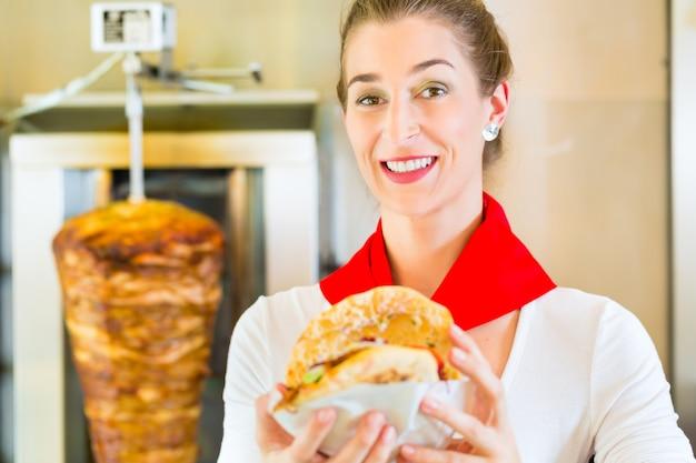ケバブ - 新鮮な食材を使った熱いドナー
